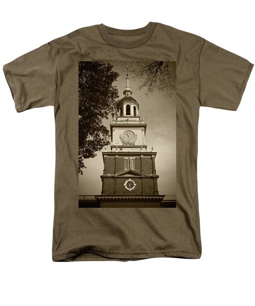 Independence Hall - Bw Men's T-Shirt  (Regular Fit) by Lou Ford