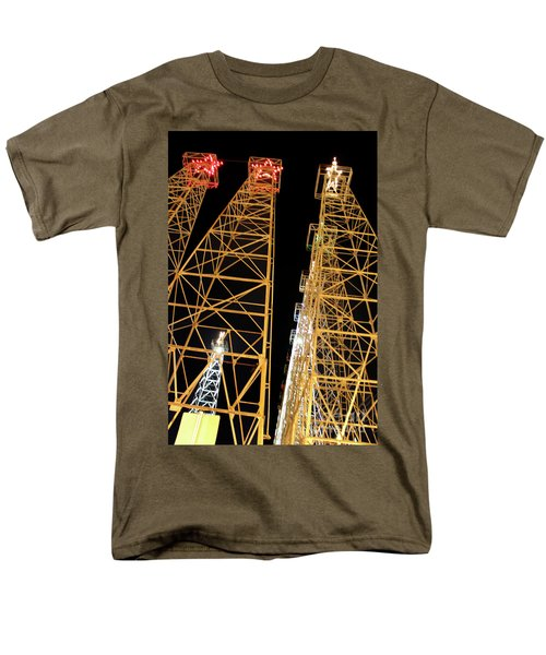 Looking Up At The Kilgore Lighted Derricks Men's T-Shirt  (Regular Fit)