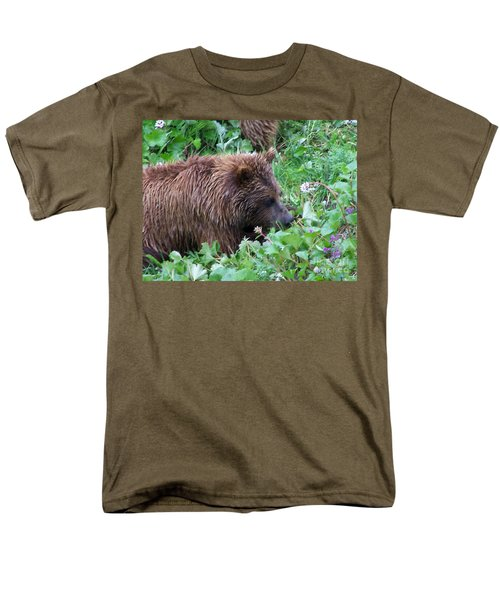 Wild Bear Eating Berries  Men's T-Shirt  (Regular Fit)