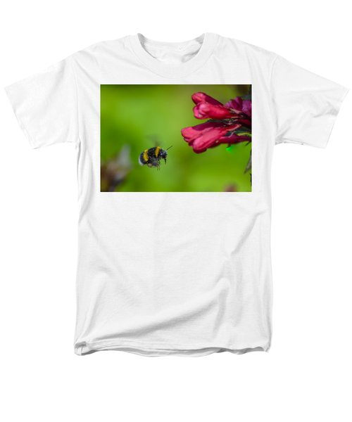 Flying Bumblebee Men's T-Shirt  (Regular Fit) by Rainer Kersten
