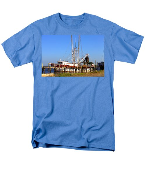 Men's T-Shirt  (Regular Fit) featuring the photograph The Captain Hw by Gordon Elwell