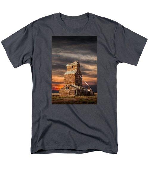 Abandoned Grain Elevator On The Prairie Men's T-Shirt  (Regular Fit)