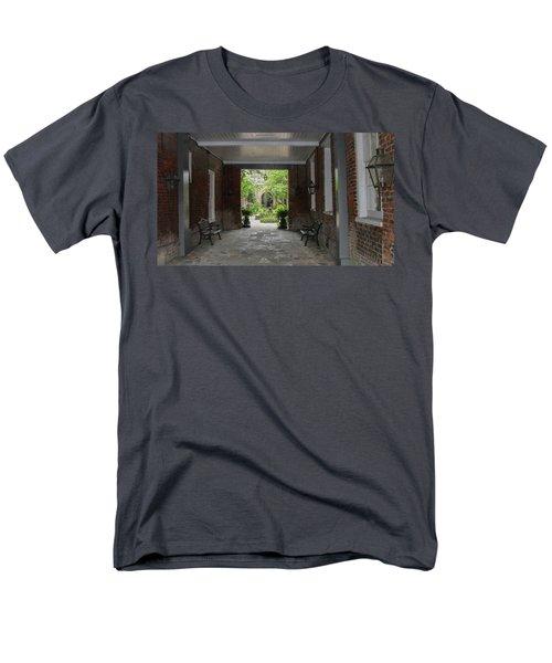 French Quarter Courtyard Men's T-Shirt  (Regular Fit)