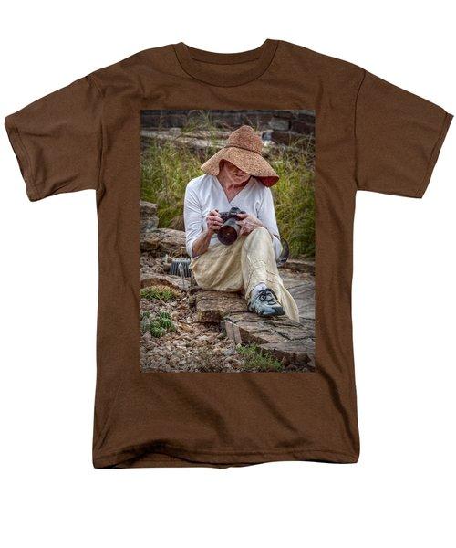 Photographer Men's T-Shirt  (Regular Fit) by Linda Unger