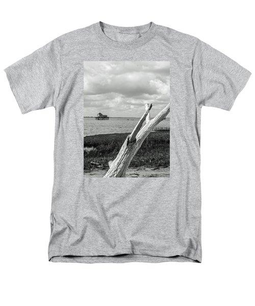 Chincoteague Oystershack Bw Vertical Men's T-Shirt  (Regular Fit)