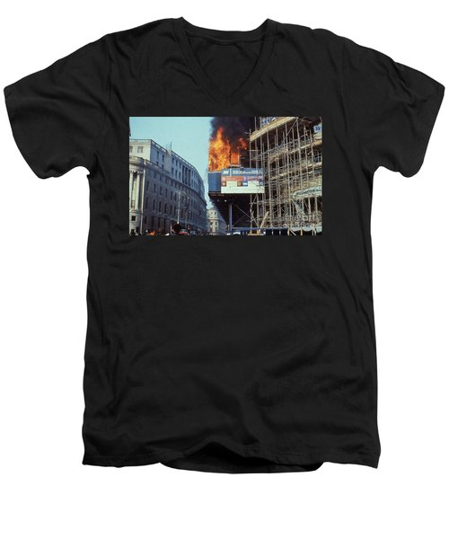 Poll Tax Riots London Men's V-Neck T-Shirt
