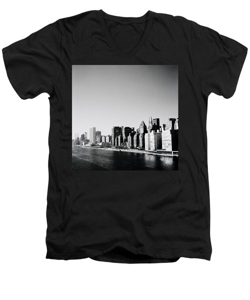 East River New York Men's V-Neck T-Shirt