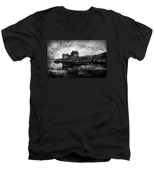 Eilean Donan Castle In Scotland Bw Men's V-Neck T-Shirt