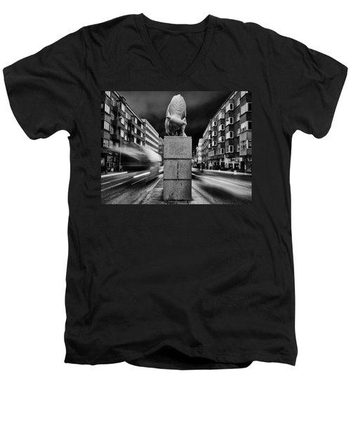 Bull Statue Men's V-Neck T-Shirt