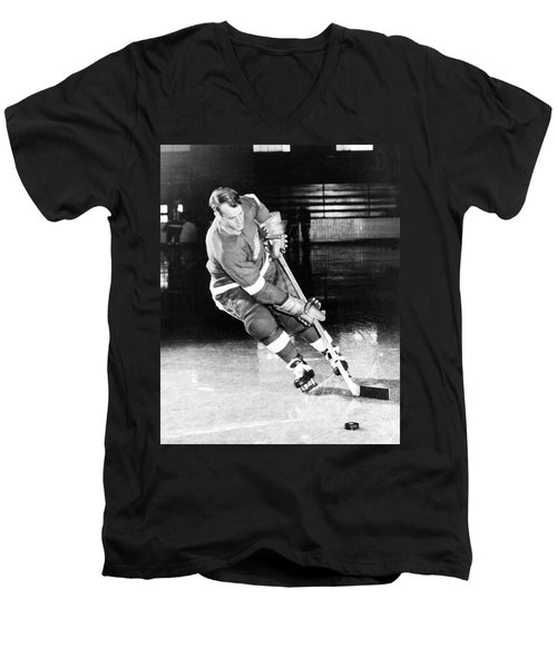 Gordie Howe Skating With The Puck Men's V-Neck T-Shirt
