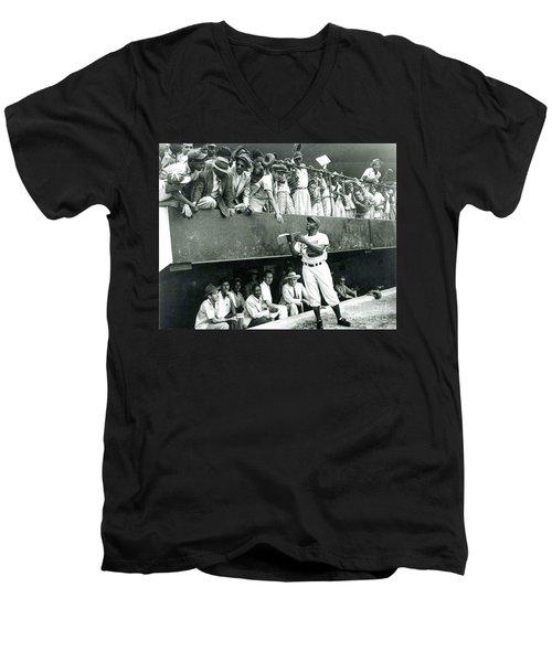 Jackie Robinson Signs Autographs Vintage Baseball Men's V-Neck T-Shirt