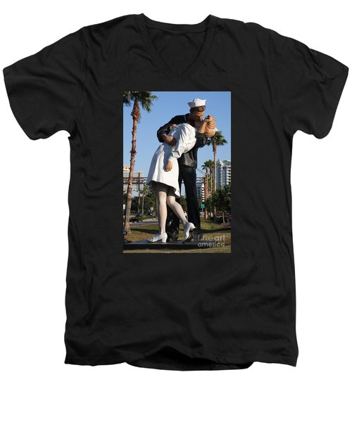 Kissing Sailor - The Kiss - Sarasota Men's V-Neck T-Shirt