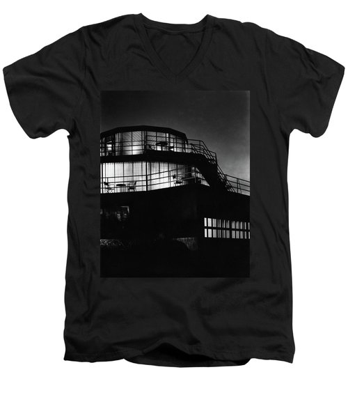 The Exterior Of A Spiral House Design At Night Men's V-Neck T-Shirt