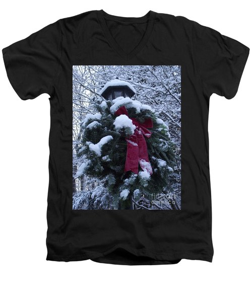 Winter Wreath Men's V-Neck T-Shirt