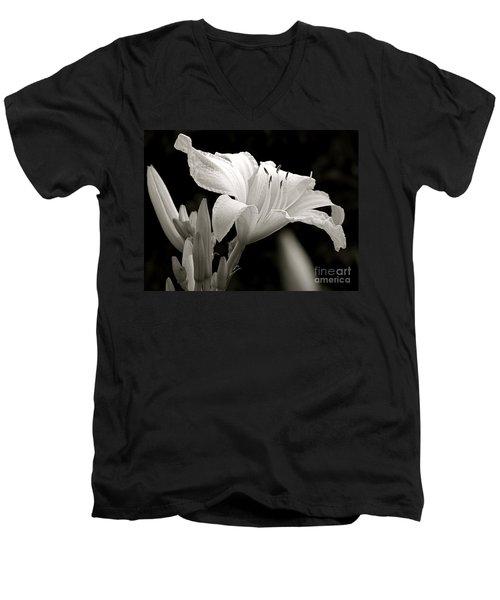 Daylily Study In Bw Iv Men's V-Neck T-Shirt