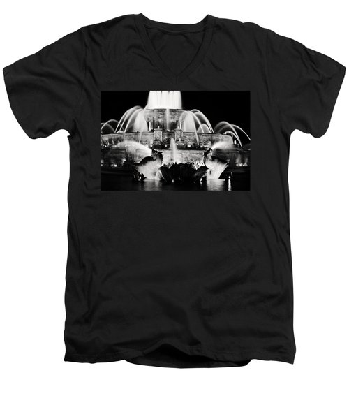 Buckingham Fountain At Night Men's V-Neck T-Shirt