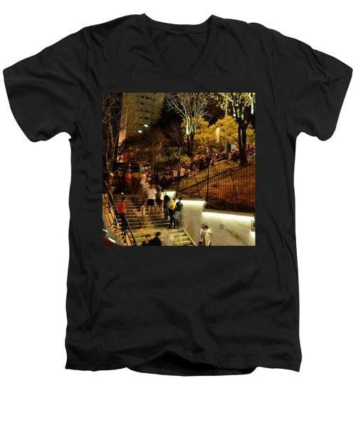 Ao Ar Livre, Ocupando Por Completo O Men's V-Neck T-Shirt