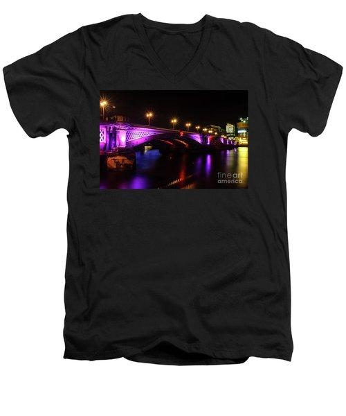 Blackfriars Bridge Illuminated In Purple Men's V-Neck T-Shirt