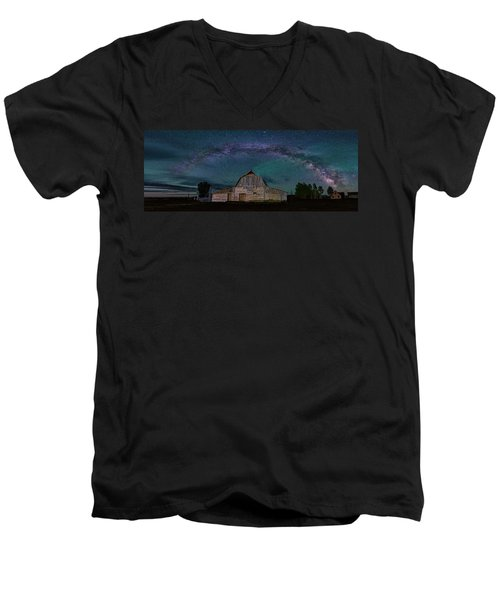 Milky Way Arch Over Moulton Barn Men's V-Neck T-Shirt