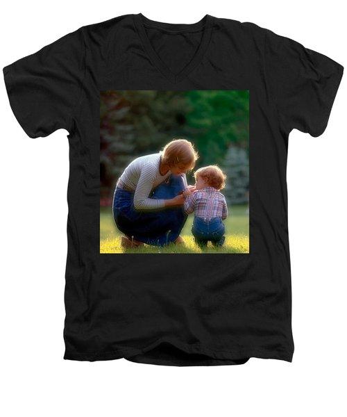 Mother With Kid Men's V-Neck T-Shirt
