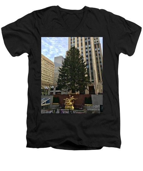 Rockefeller Center Christmas Tree Men's V-Neck T-Shirt