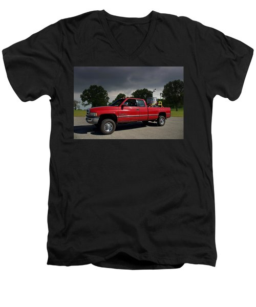 Twisters Movie Pickup With Dorothy Men's V-Neck T-Shirt