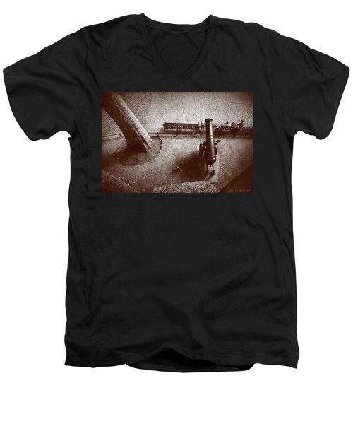 Defending London Men's V-Neck T-Shirt