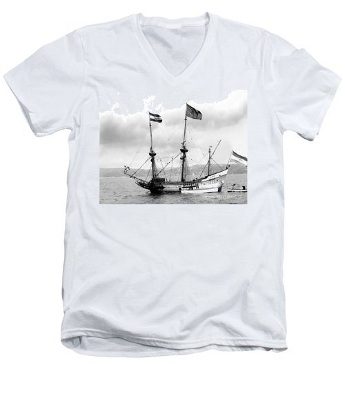 Half Moon Re-entered Hudson River After An Absence Of 300 Years In Black And White Men's V-Neck T-Shirt