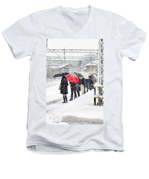Waiting The Train Men's V-Neck T-Shirt
