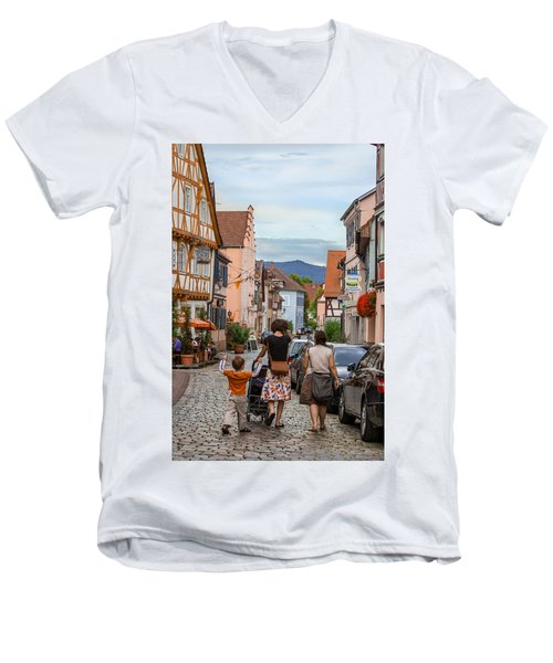 Bummeln Auf Dem Marktplatz Men's V-Neck T-Shirt
