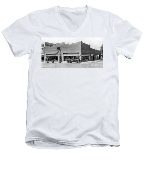 Old Car Gas Station Men's V-Neck T-Shirt