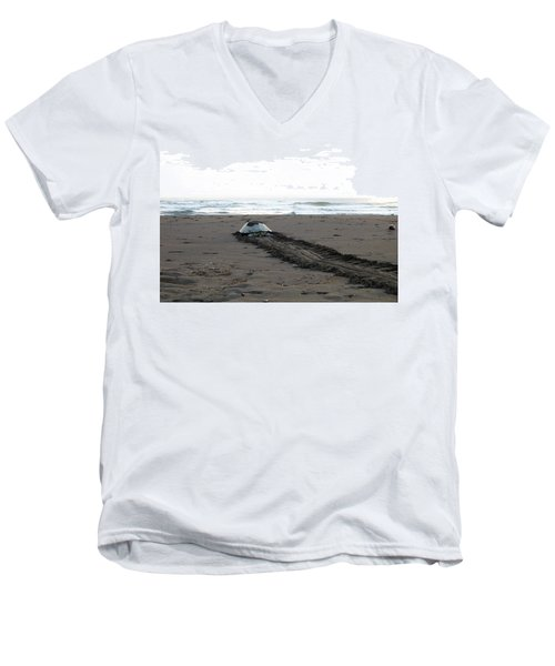 Green Sea Turtle Returning To Sea Men's V-Neck T-Shirt