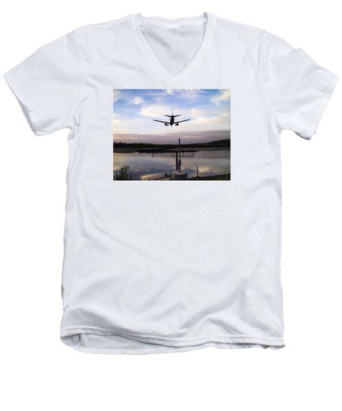Landing In George Best Men's V-Neck T-Shirt