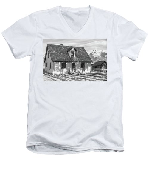 Men's V-Neck T-Shirt featuring the photograph Moulton Homestead - Pink House by Colleen Coccia