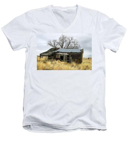 Old Wyoming Farmhouse Men's V-Neck T-Shirt