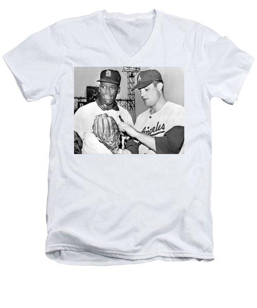 Pitcher Bob Gibson Men's V-Neck T-Shirt