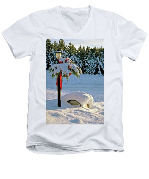Winter Lamp Post In The Snow With Christmas Bough Men's V-Neck T-Shirt