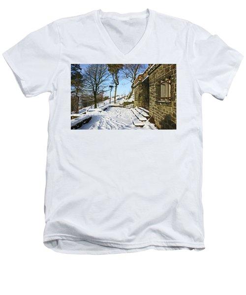 30/01/19  Rivington. Summerhouse In The Snow. Men's V-Neck T-Shirt