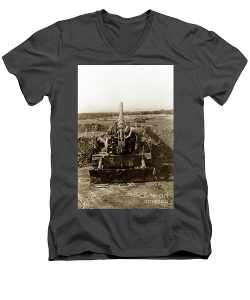 175mm Self Propelled Gun C 10 7-15th Field Artillery Vietnam 1968 Men's V-Neck T-Shirt
