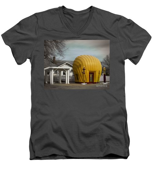 1930 Shell Station Men's V-Neck T-Shirt
