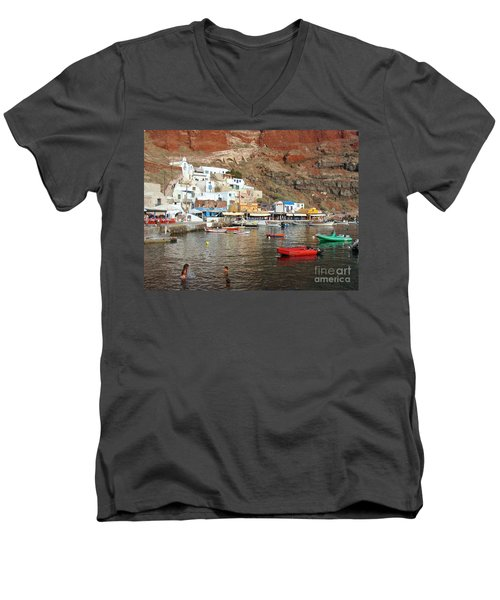 A Splash In Amoudi Bay  Men's V-Neck T-Shirt by Suzanne Oesterling