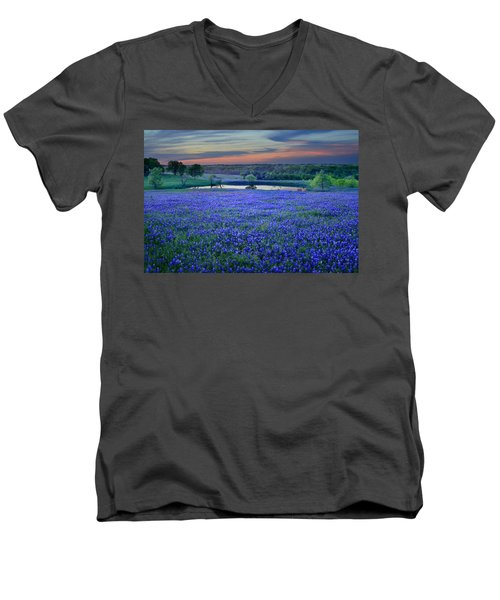 Bluebonnet Lake Vista Texas Sunset - Wildflowers Landscape Flowers Pond Men's V-Neck T-Shirt
