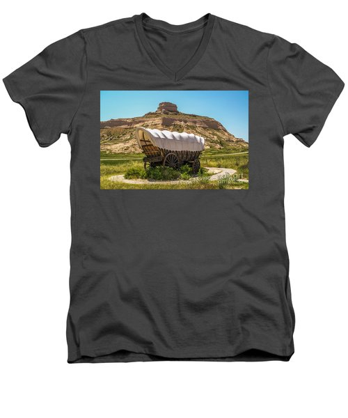 Covered Wagon At Scotts Bluff National Monument Men's V-Neck T-Shirt by Sue Smith
