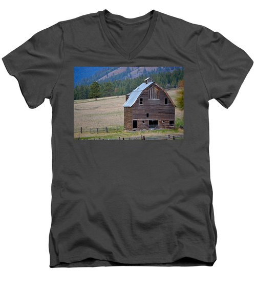 Old Barn In Washington Men's V-Neck T-Shirt