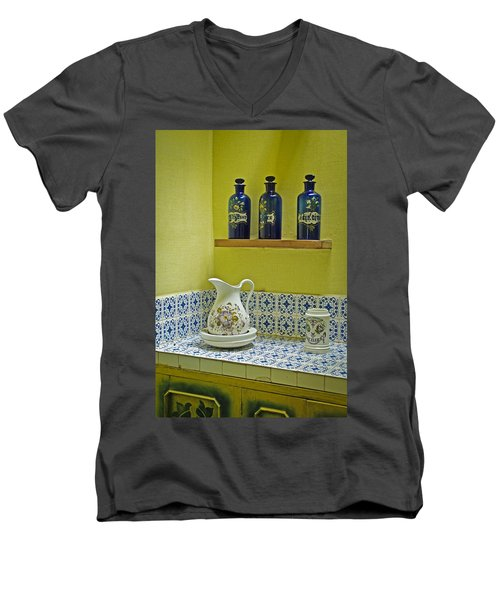 Vintage Bathroom Men's V-Neck T-Shirt
