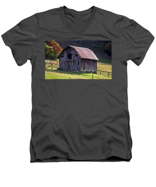 Old Barn In Etowah Men's V-Neck T-Shirt