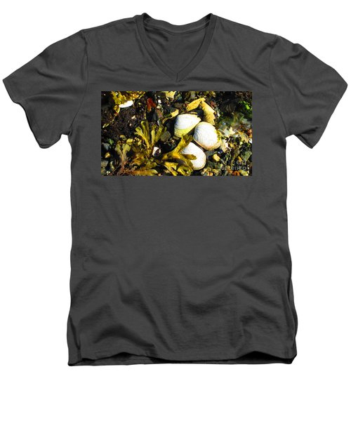 Alaska Clams Men's V-Neck T-Shirt