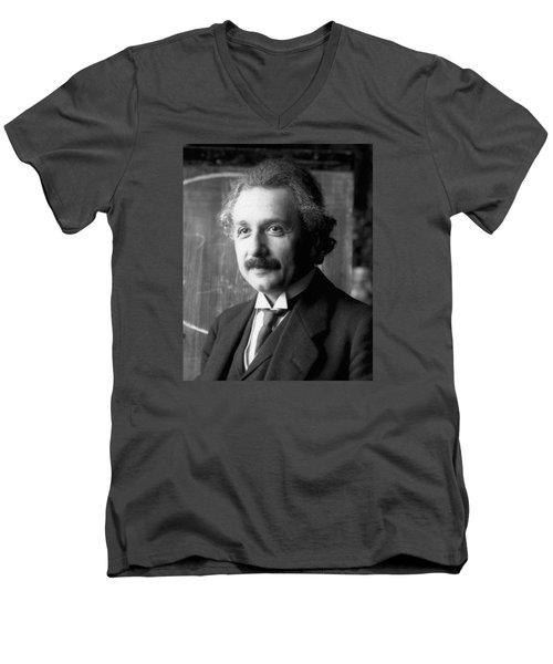 Albert Einstein Nel 1921 Men's V-Neck T-Shirt
