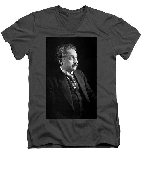 Albert Einstein Photo 1921 Men's V-Neck T-Shirt