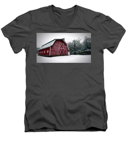Big Red Barn In Snow Men's V-Neck T-Shirt